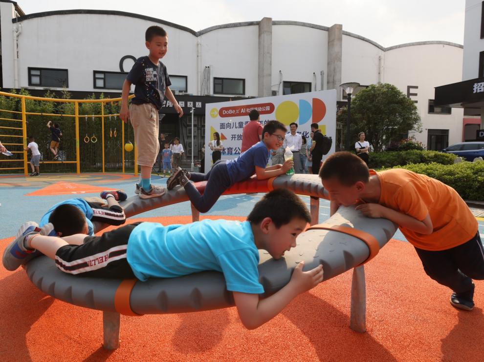 Niños jugando en un parque en Shangai.