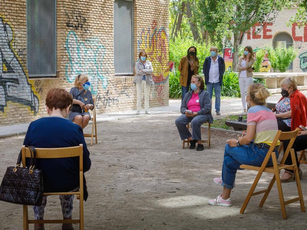 Una imagen del programa de tertulias 'Nos Gusta Hablar', en el centro municipal de convivencia de mayores Terminillo, en el zaragozano barrio de Las Delicias.