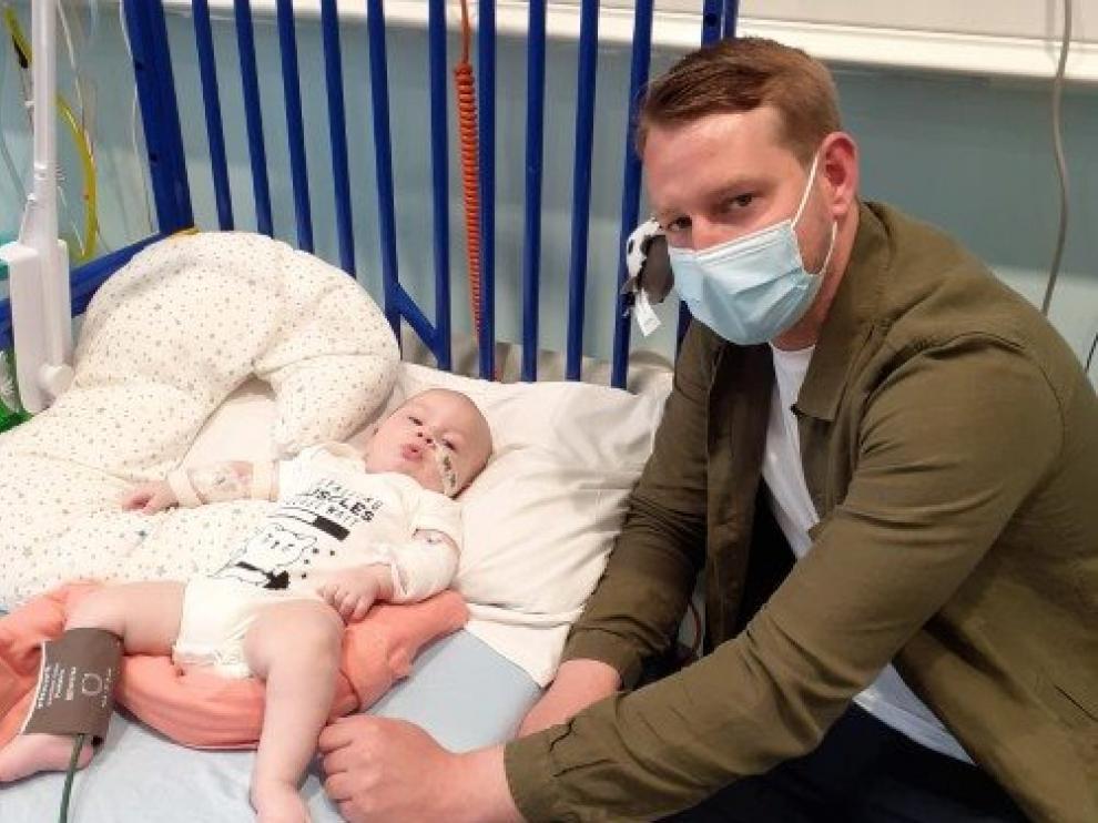 El bebé Arthur Morgan con su padre, en el hospital londinense donde ha sido tratado.