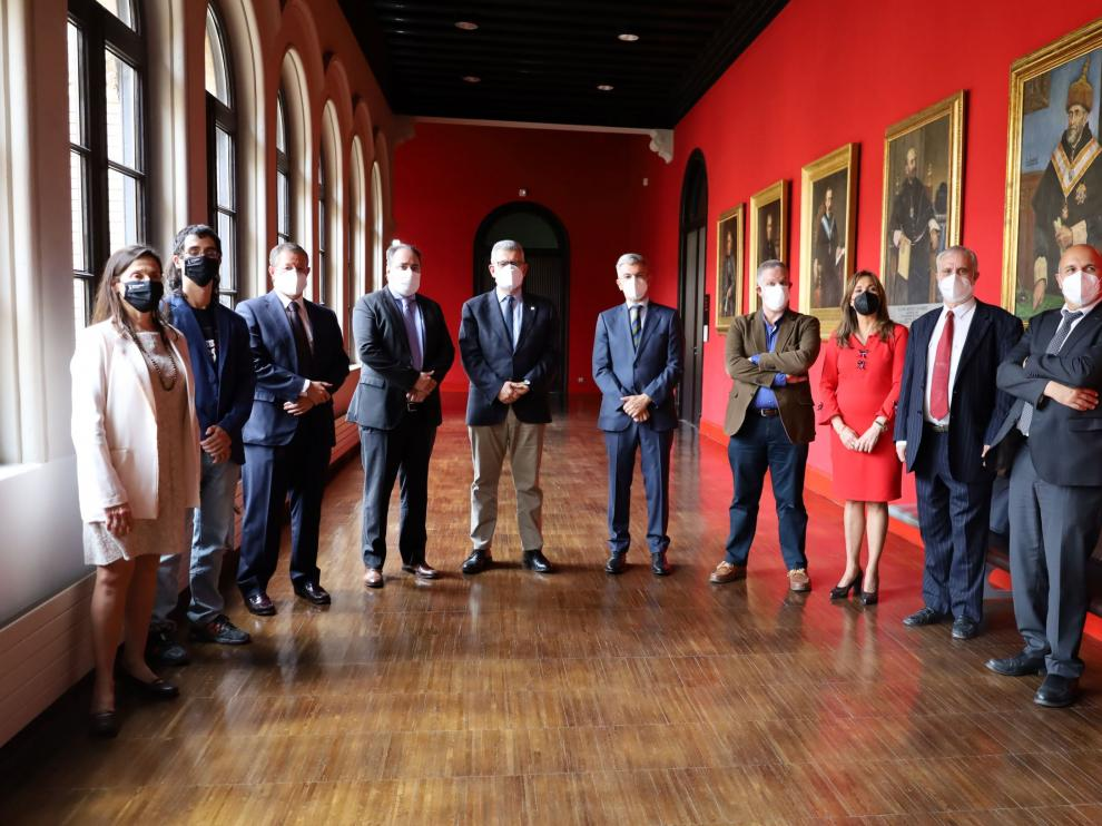 El director general de Telefónica Este, José Manuel Casas, y el rector José Antonio Mayoral, con otros miembros de la empresa y la institución académica.