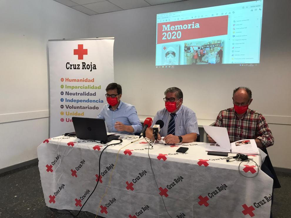 Los tres máximos responsables provinciales de Cruz Roja en Huesca (Sifro González, Juan Rodrigo y Bernardo Más), en la presentación de la memoria de 2020. ntidad correspondiente al año 2020