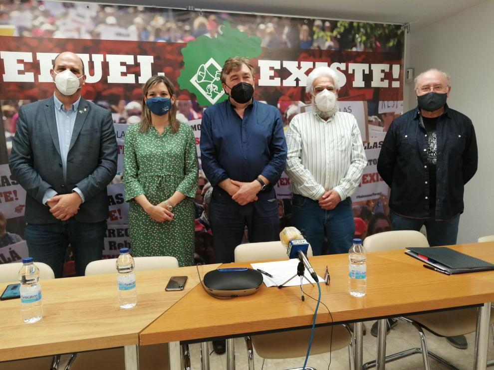 El diputado en el Congreso Tomás Guitarte -en el centro- acompañado de los senadores Beatriz Martín y Joaquín Egea -a su derecha- y de Manuel Gimeno y Domingo Aula, de la plataforma ciudadana Teruel Existe.
