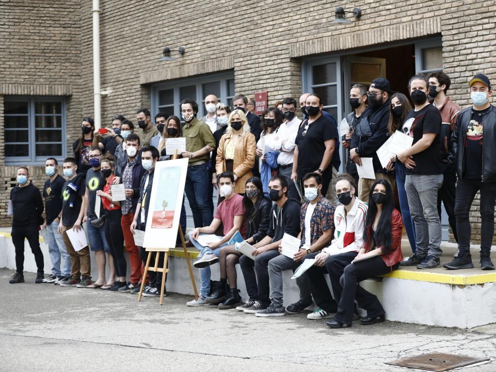 Fotografía de grupo de los nominados en la fábrica Ambar.