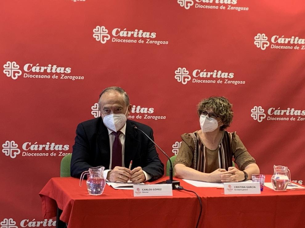 Carlos Gómez, presidente de Cáritas de Zaragoza y Cristina García, secretaria general de la entidad, este miércoles en la rueda de prensa.