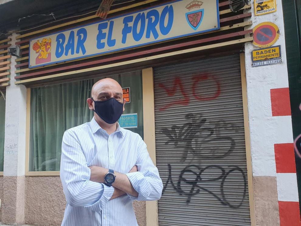 Pablo Domínguez, ante la chupiteria El Foro ya cerrada