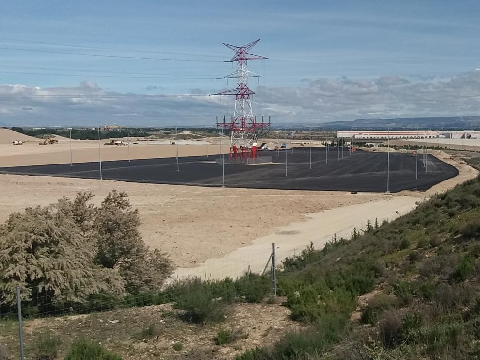 Un aparcamiento público de cinco hectáreas. Aragón Plataforma Logística (APL) incluyó en la ampliación de Plaza una gran zona de aparcamiento que rodea los suelos de Amazon, cuyo asfaltado se aprecia en la fotografía. Lo atravesará uno de los accesos a la planta de la multinacional.