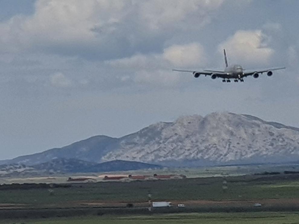 Llegada de un Airbus A380 al aeropuerto de Teruel, que suma 20 de estos gigantes del aire.