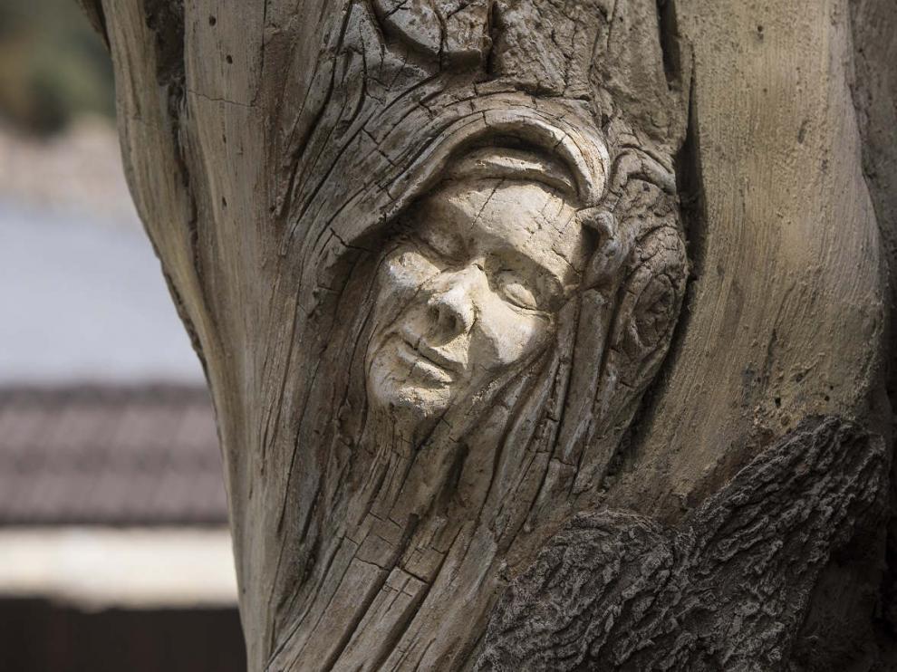 La cara de una de las brujas del monumento en Villanúa