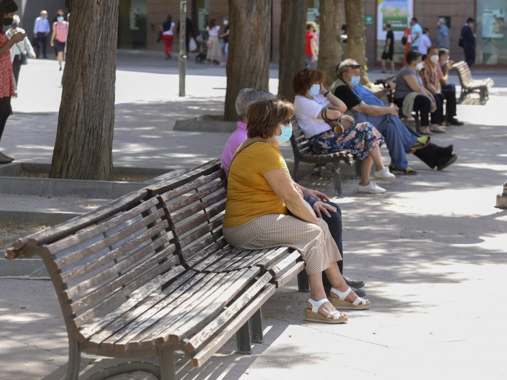 Los bancos de la plaza de Navarra son los más demandados de la ciudad por su estratégica ubicación en pleno centro de Huesca.