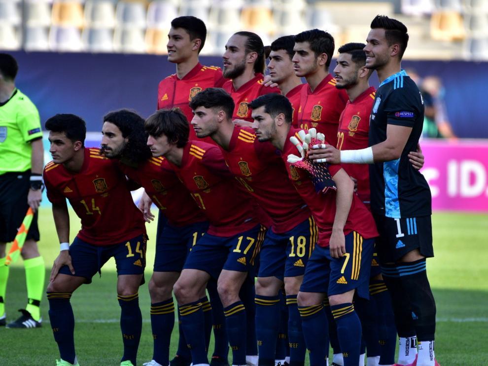 Álvaro, a la derecha, posa con sus compañeros antes del España-Portugal.