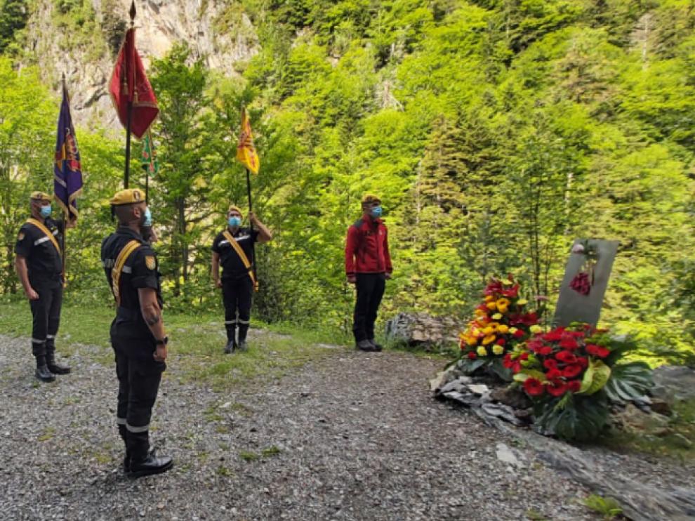 Acto de homenaje en el lugar donde perdió la vida y donde hay instalado un monolito.