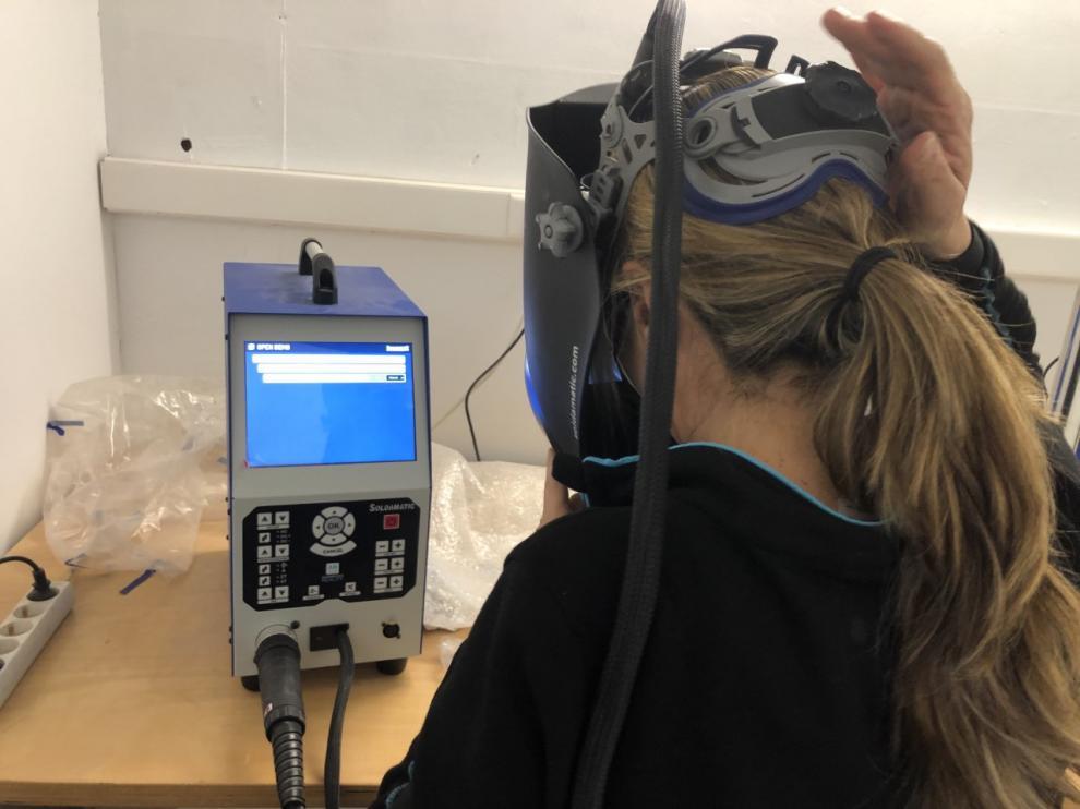 Una alumna de FP en el aula de simuladores de realidad aumentada de soldadura