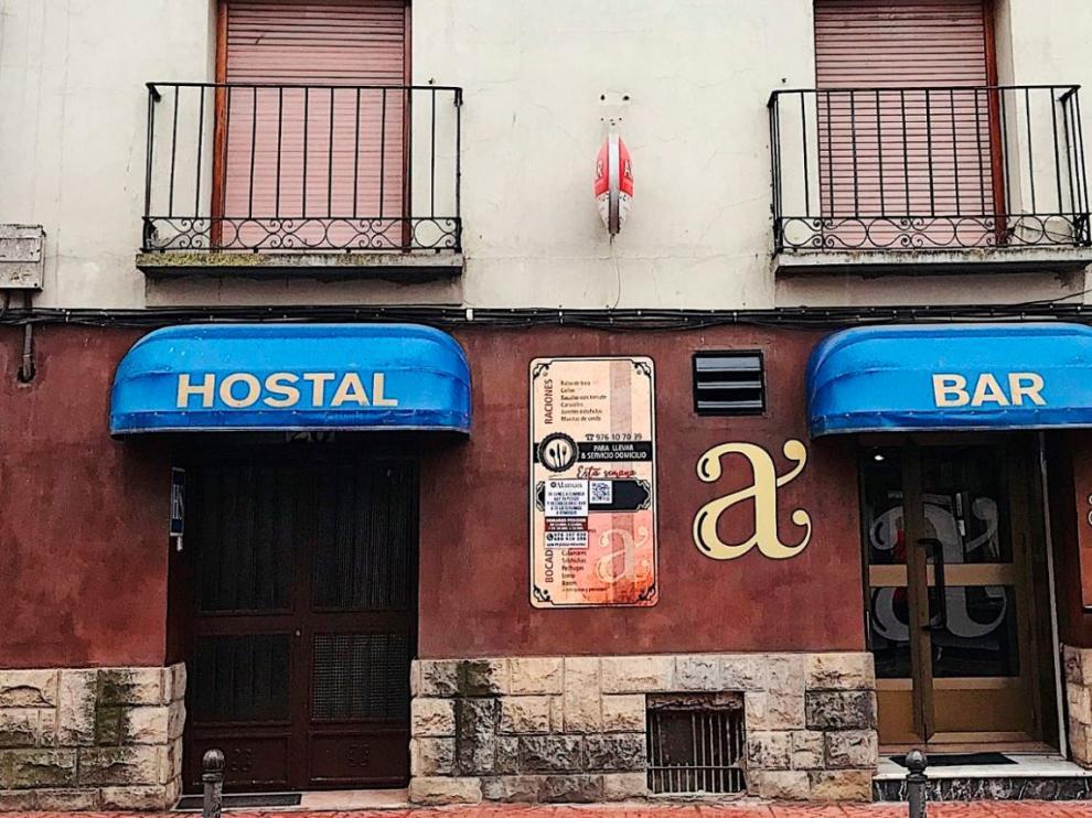 El bar-hostal Alamán está en la calle Mayor de La Puebla de Alfindén.
