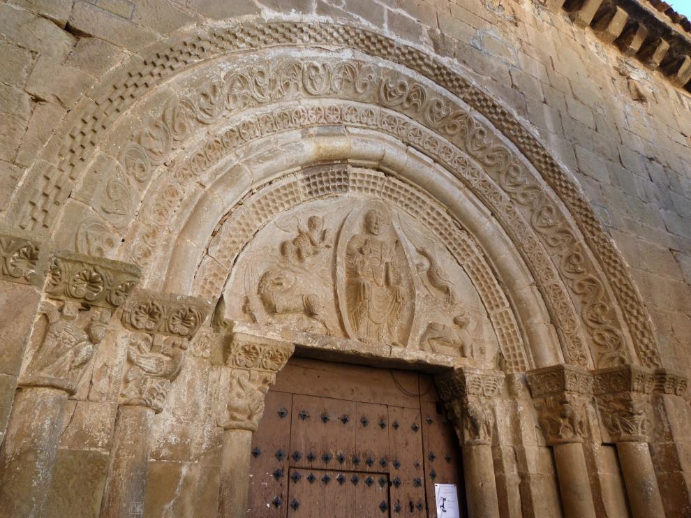 Portada de la iglesia parroquial de Agüero, con el tímpano procedente de la ermita de Santiago.