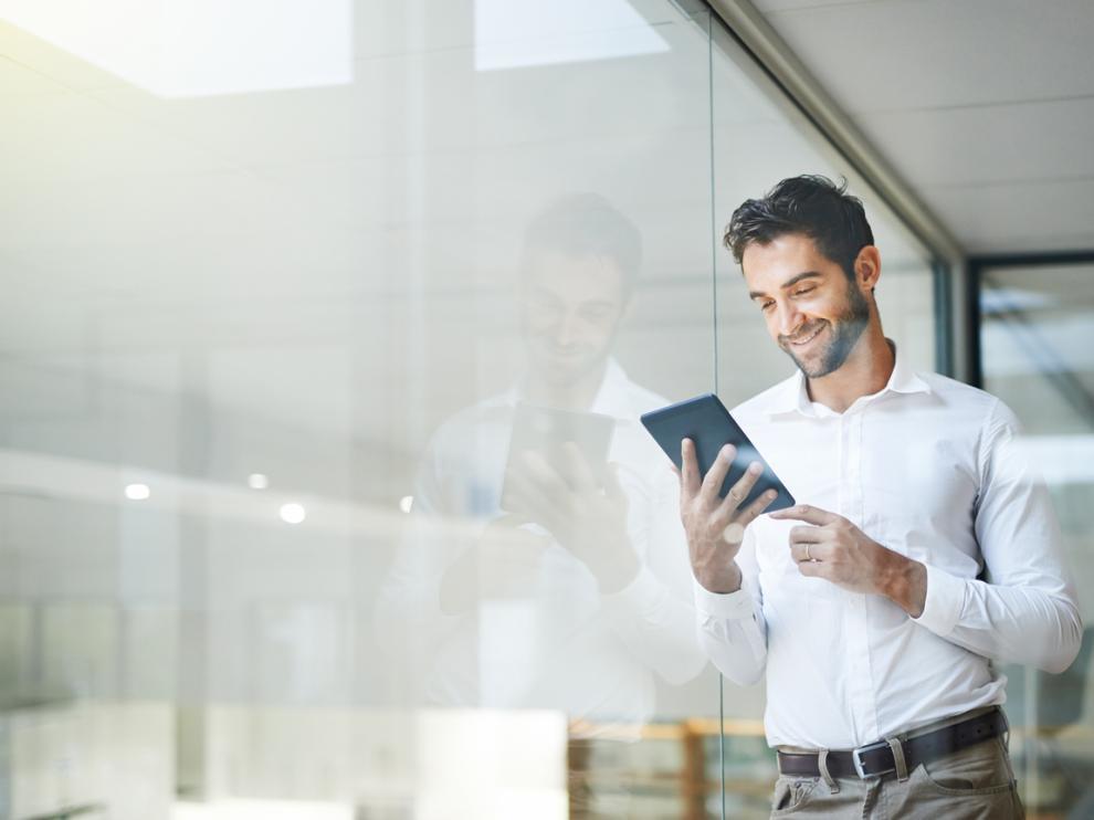 Hombre joven utilizando una tablet en la oficina