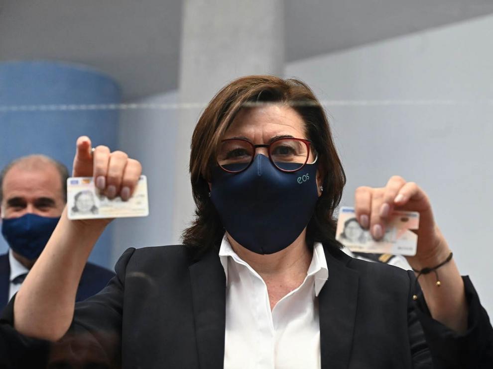 La actriz María Luisa Martín posa con el primer DNI europeo expedido en España, en la Comisaría de la Policía Nacional de Móstoles este 2 de junio.