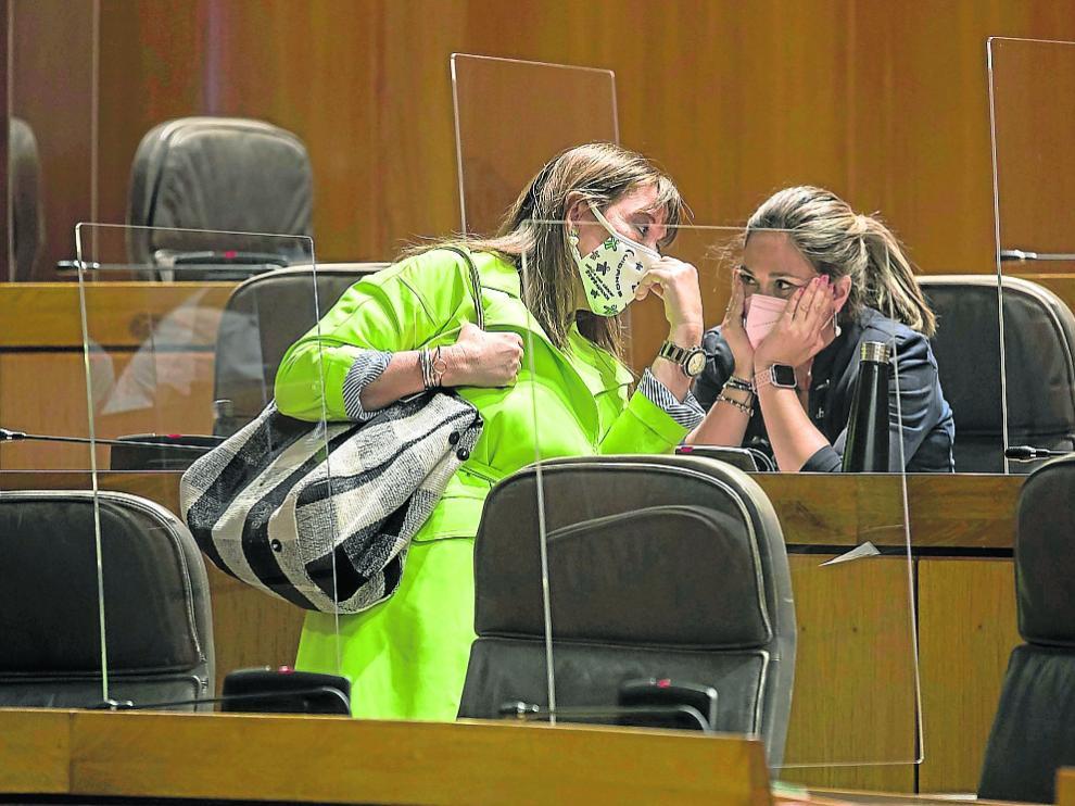 La consejera Sira Repollés, junto a Susana Gaspar, diputada de Cs, ayer en las Cortes