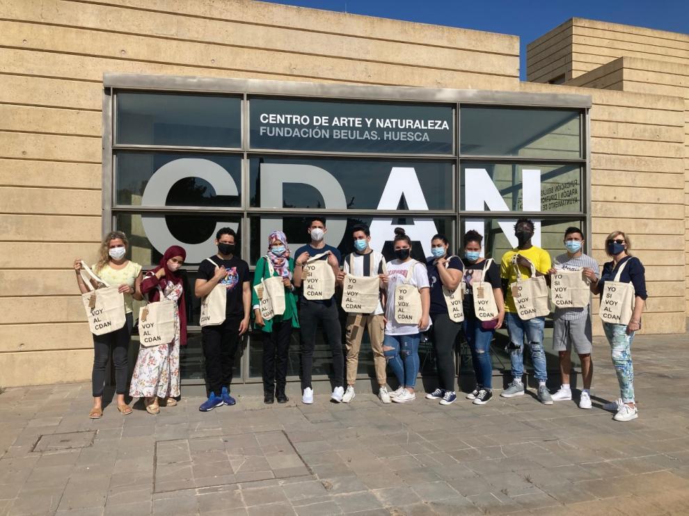 Los alumnos de los talleres ocupaciones de Bolskan con las bolsas conmemorativas a las puertas del CDAN.
