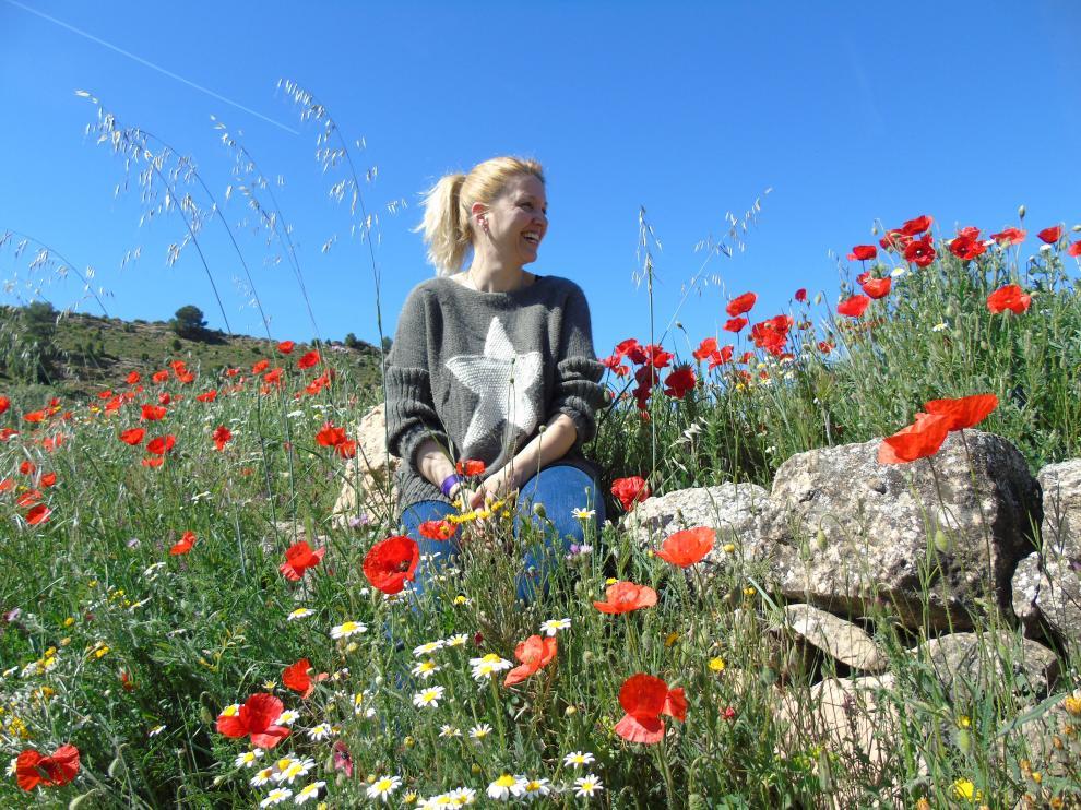 Manuela Lisbona, creadora de Mermeladas El Ababol, en un campo de las flores que dan nombre a su obrador.