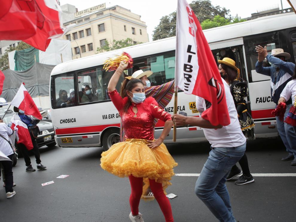 Seguidores de Castillo, bailando.