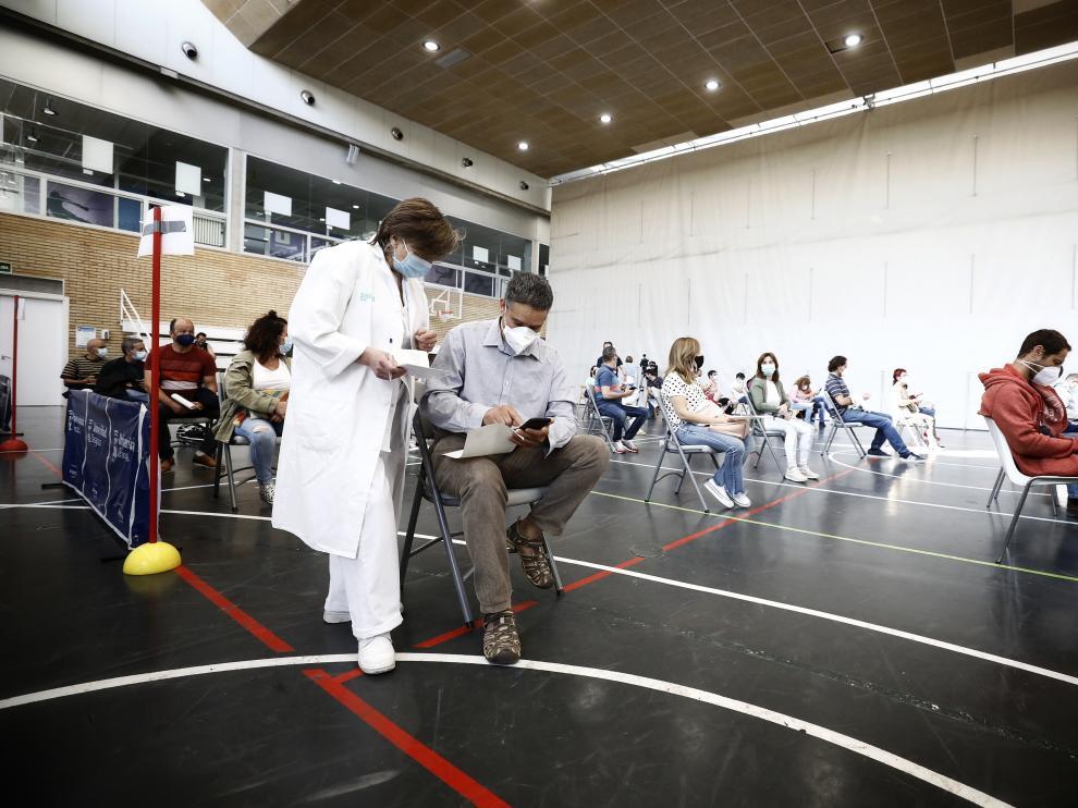 Vacunación masiva con Janssen en el polideportivo de la Universidad de Zaragoza.