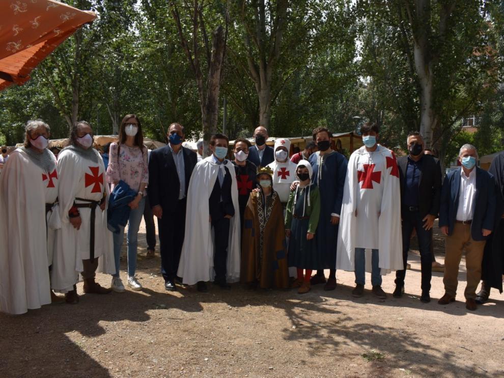 Decenas de personas se han ataviado con los trajes medievales, en sintonía con la feria.