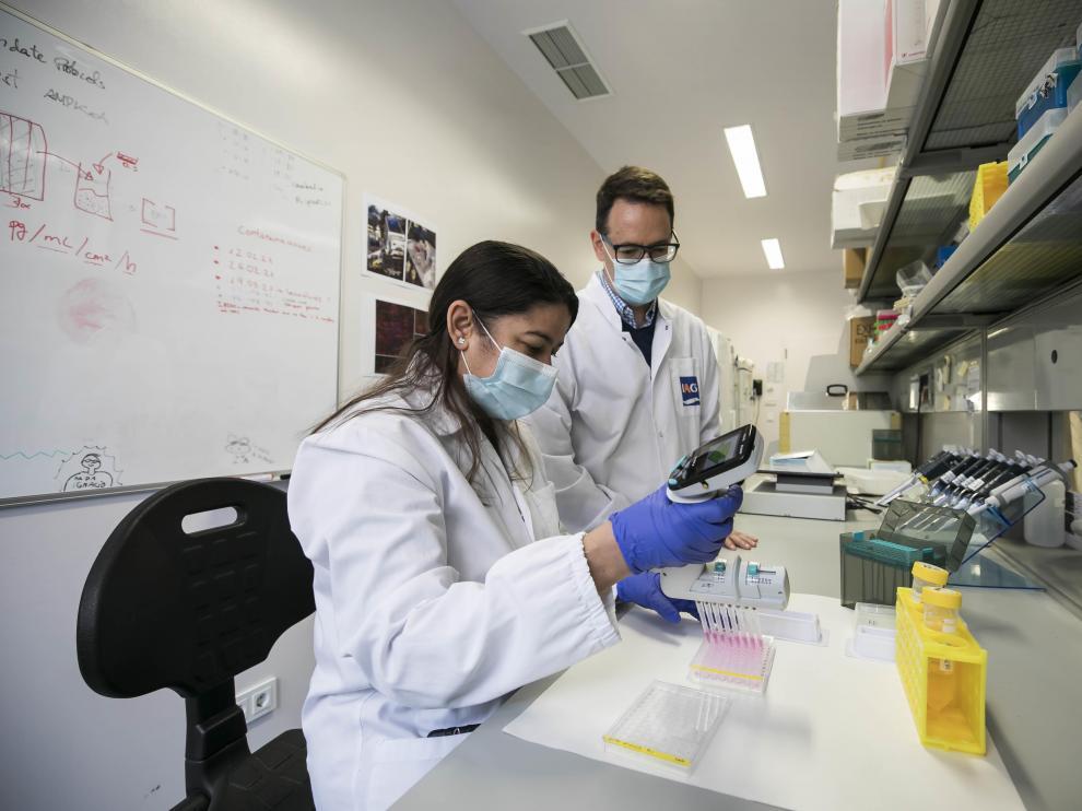 Natasha Peña e Ignacio Martínez, en un laboratorio del IIS Aragón.