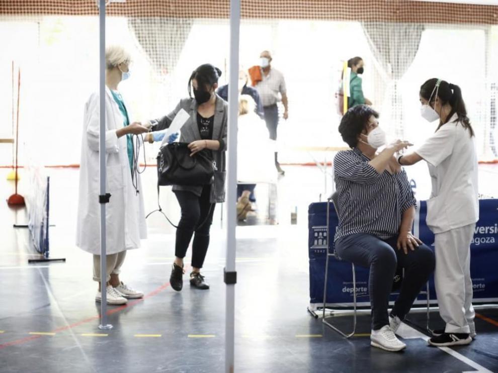 Punto de vacunación en el polideportivo de la Universidad de Zaragoza.