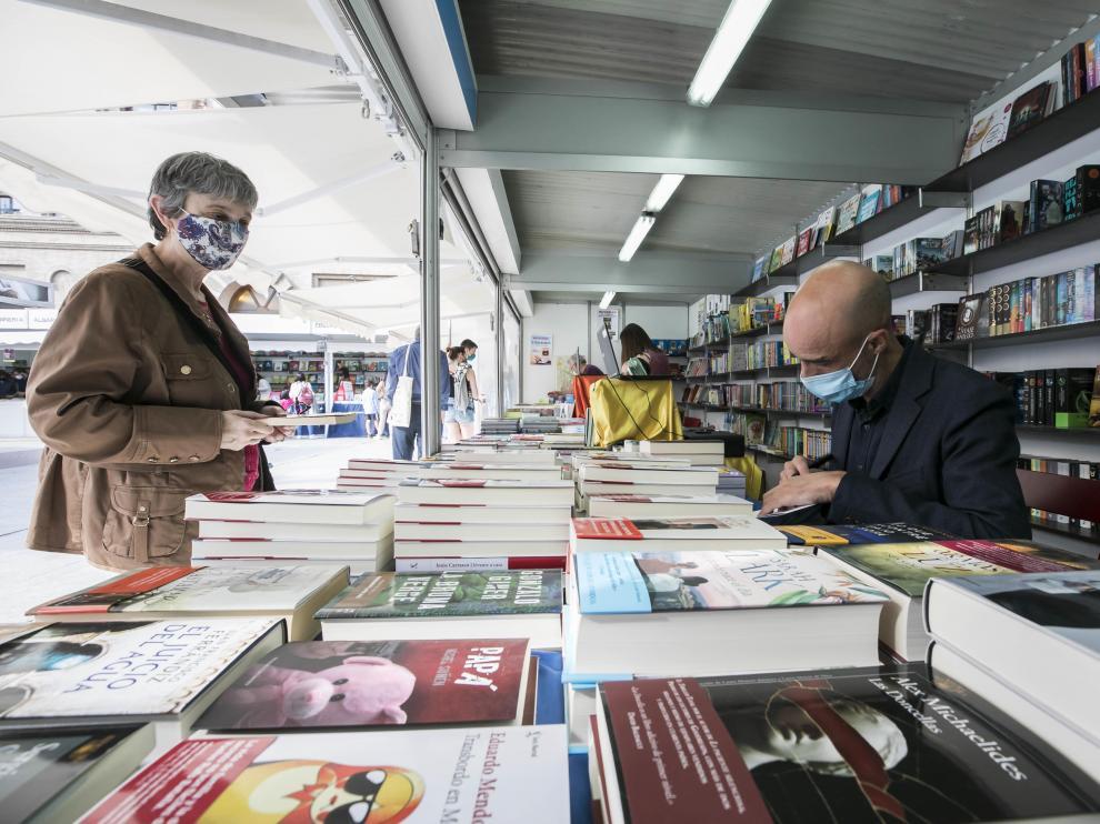 El viernes firmó ejemplares el narrador Jesús Carrasco.