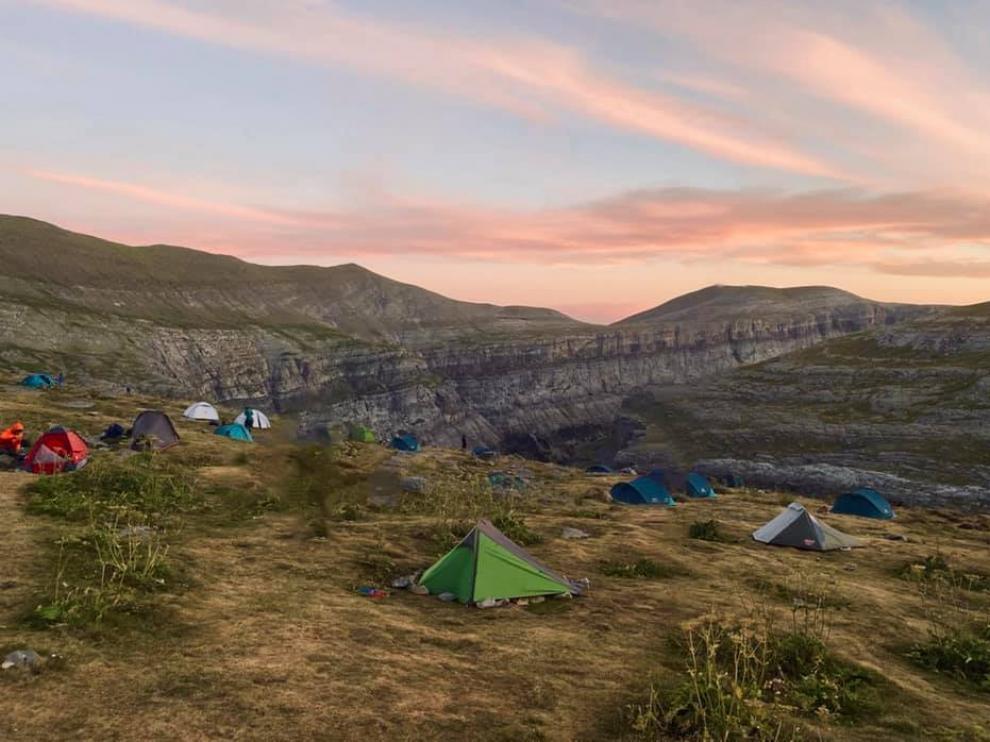 Tiendas instaladas en el entorno del refugio de Góriz, donde ahora se puede vivaquear sin limitación.