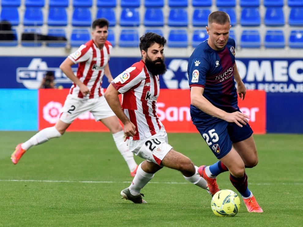 Vavro conduce el balón ante Villalibre durante el último SD Huesca-Athletic.