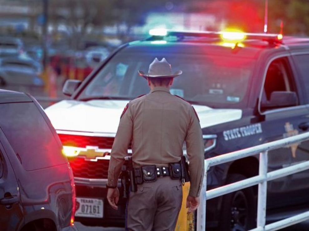 Un agente de policía en el lugar donde tuvo lugar el tiroteo.