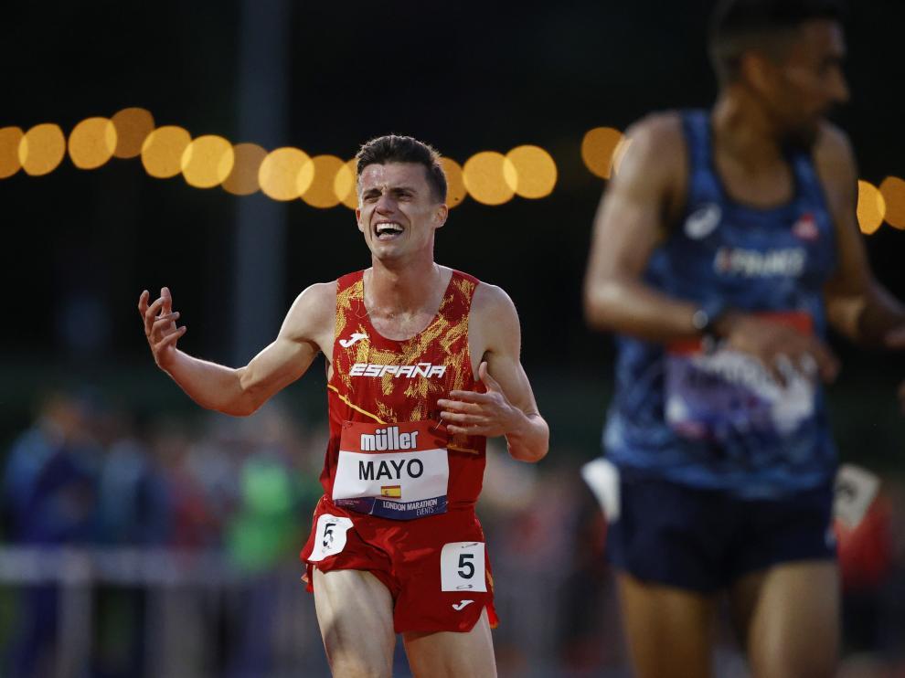 Carlos Mayo, tras cruzar la línea de meta en Birmingham, donde obtuvo la mínima olímpica.