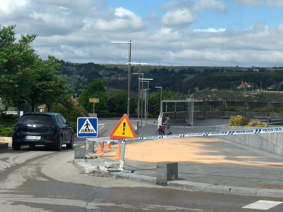 Lugar del accidente en Teruel donde un conductor bebido ha chocado contra un bolardo, una farola y un semáforo.