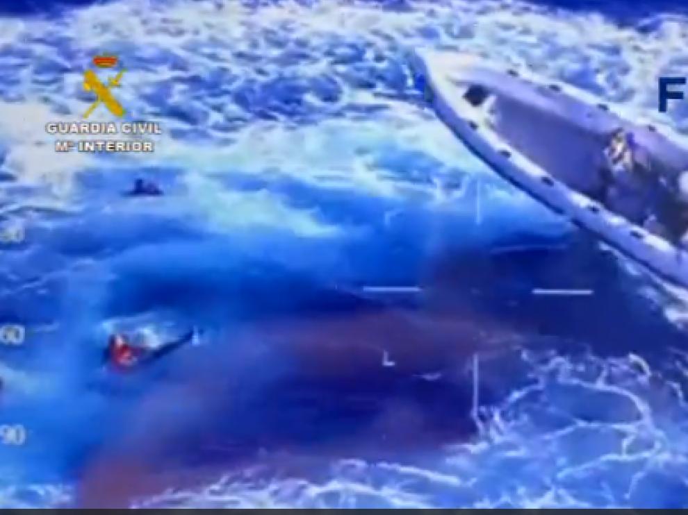 Operación de rescate y detención de los tres ocupantes de la embarcación