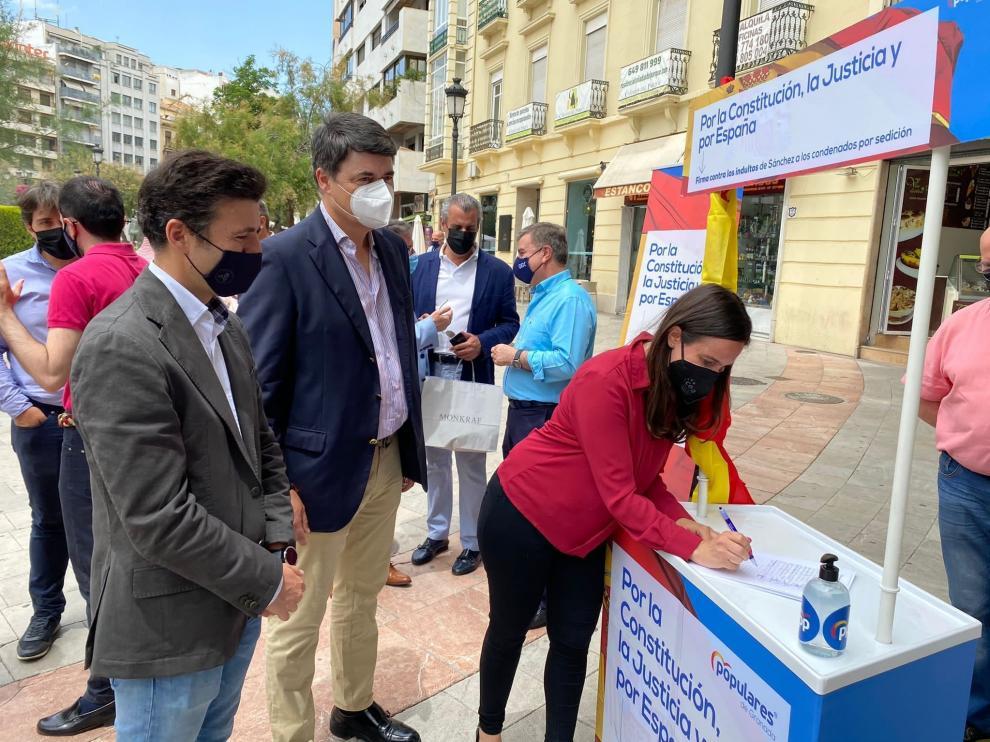 Recogida de firmas contra los indultos por el PP en Madrid.