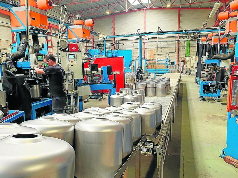 Un operario trabajando en las instalaciones de The Keg Company, la antigua Entinox, ubicada en el polígono de Figueruelas.