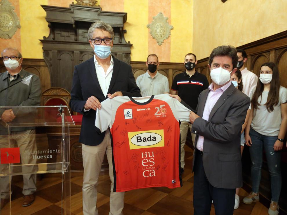 Pachi Giné y Luis Felipe, durante la recepción en el Ayuntamiento.