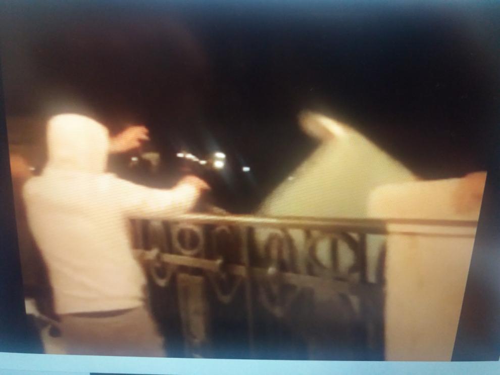 Un joven arroja un contenedor por el viaducto de Teruel en el vídeo colgados en las redes sociales.