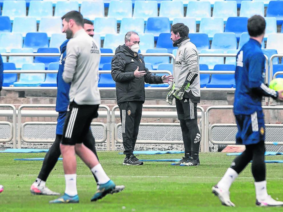 Cristian Álvarez conversa con Juan Ignacio Martínez en un entrenamiento de esta temporada en La Romareda