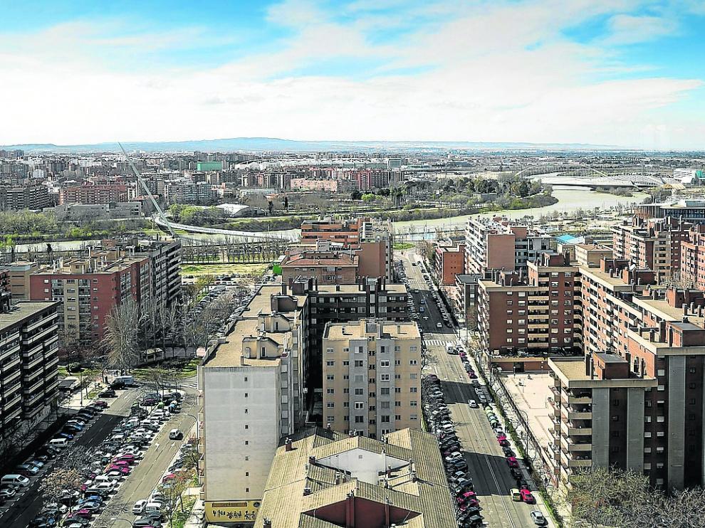 Vistas de la ciudad y el Ebro, desde la margen izquierda del río.