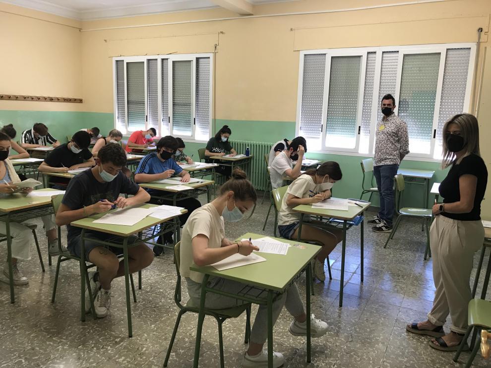 Alumnos del IES Ramón y Cajal de Huesca examinándose de la Evau.