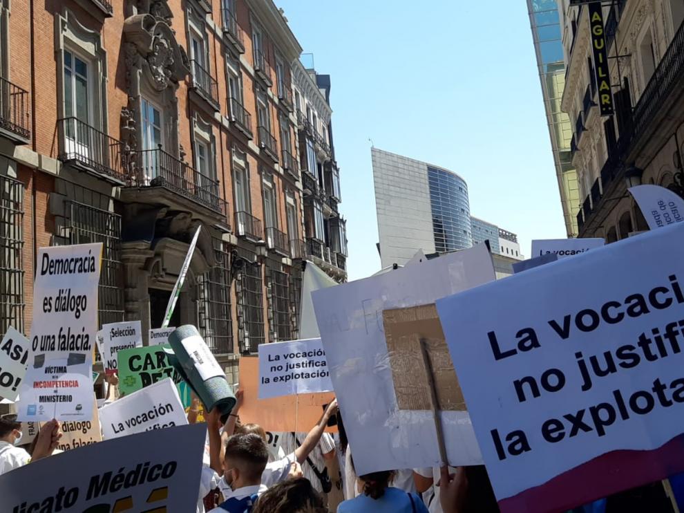 Apirantes a MIR aragoneses protestan en Madrid.