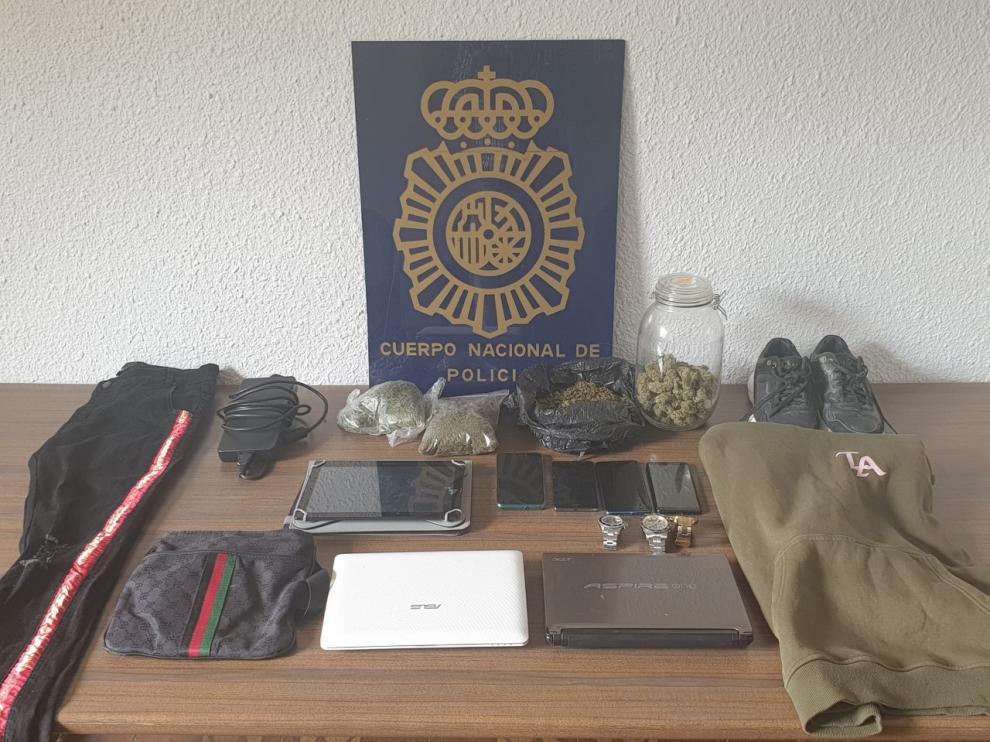 Algunos de los objetos incautados al detenido
