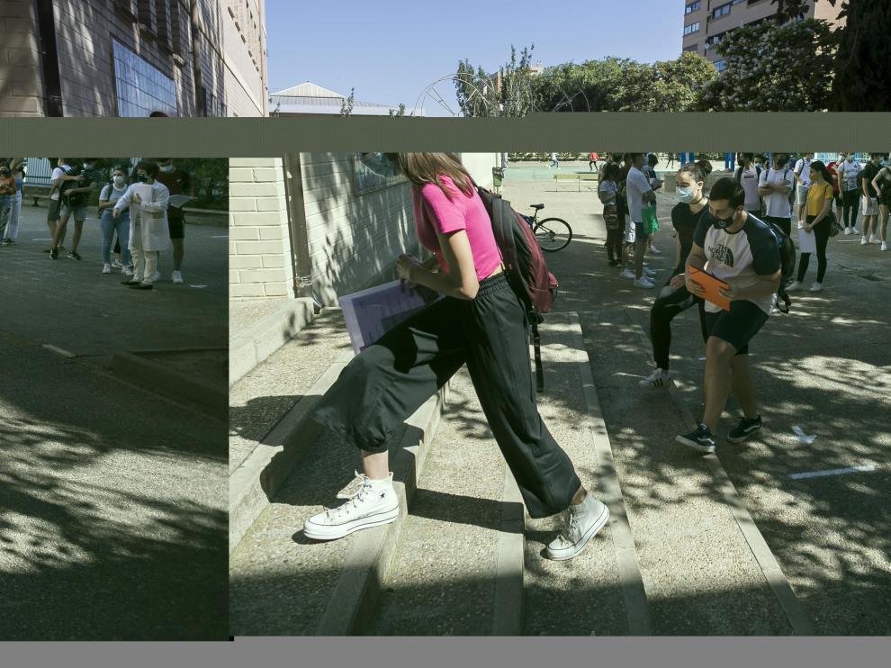Entrada de estudiantes a la Evau el pasado lunes en el instituto Elaios de Zaragoza
