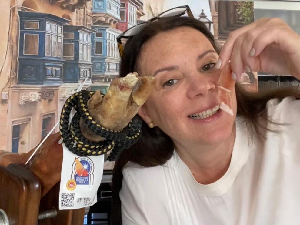 La ganadora del concurso, una ciudadana de Malta originaria de Venezuela, recibirá 10 perniles de premio.