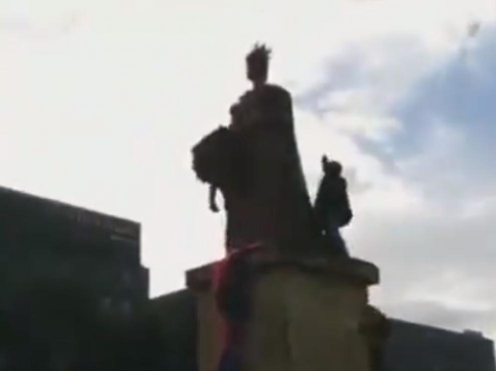 Intento de derribo de la estatua de Isabel la Católica en Bogotá (Colombia)