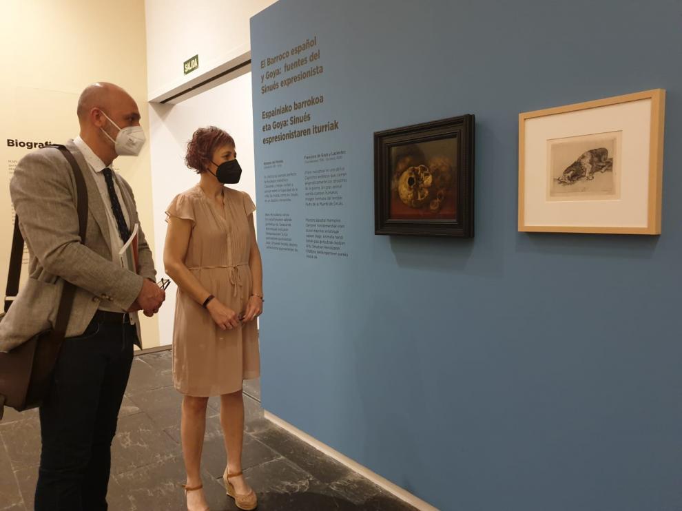 La consejera de Navarra y el director general de Cultura de Aragón, ante las obras cedidas.