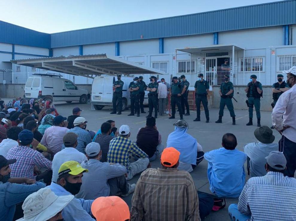 La Guardia Civil, frente a la protesta de los trabajadores.