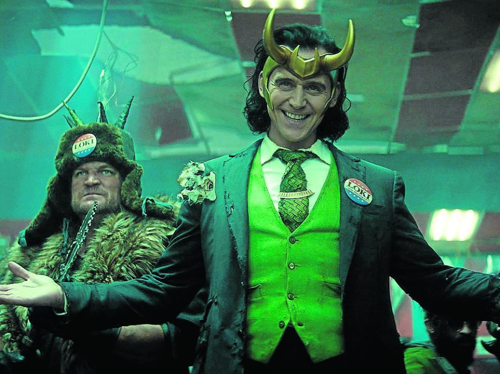 Tom Hiddleston, en el centro, encarna a Loki en la serie.